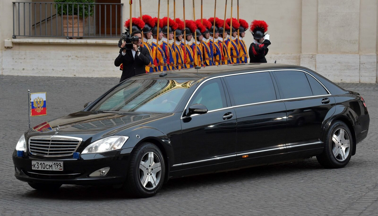 Putin eelistas aastaid sõita just Mercedes-Maybachi Pullmann Guardi soomustatud erilimusiiniga, nagu on näha ka sellelt Vatikani visiidi jäädvustuselt 2015. aastast. 2018. aastast on ta enamasti kasutanud Venemaal toodetud Aurus Senatit.
