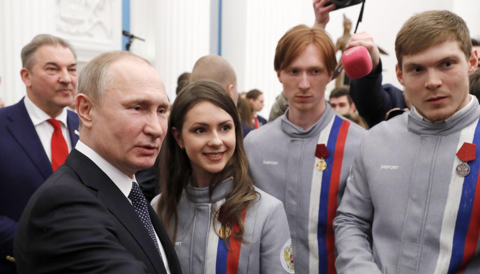 Vladimir Putin koos 2018. aasta olümpia medalistidega.