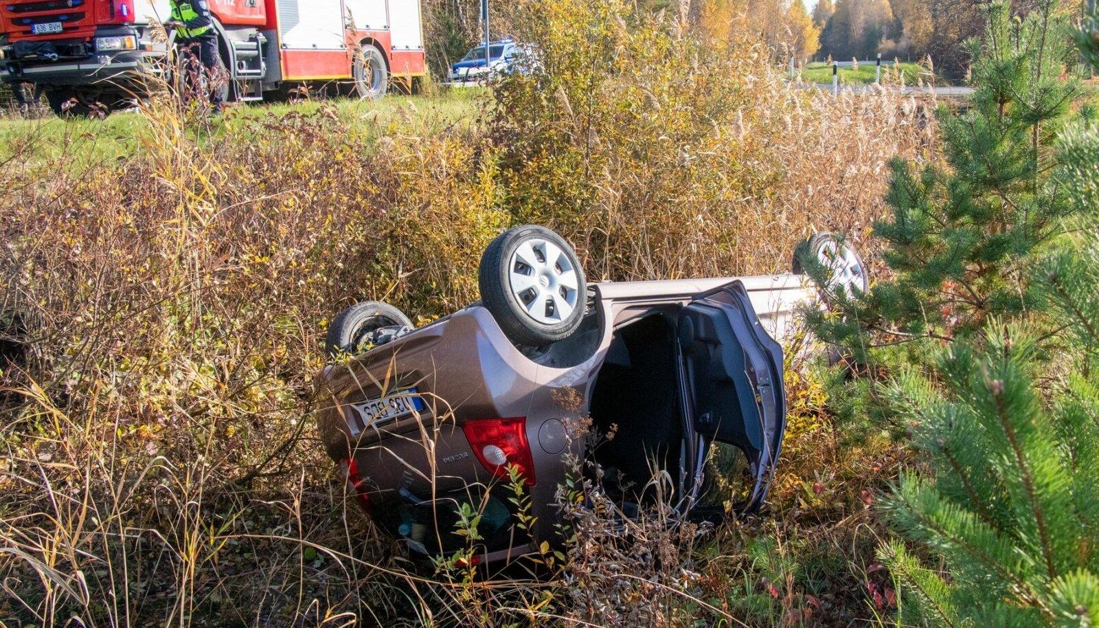 Suzuki juht sõitis autoga kraavi katusele Saaremaal Lahekülas