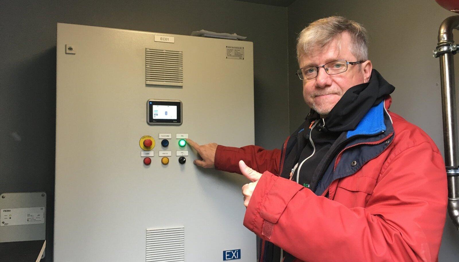 Biometaani OÜ tootmisjaama juht Ahto Oja selgitab, et neil toodetakse biometaani põllumajanduslikest jäätmetest ja lehmalägast.
