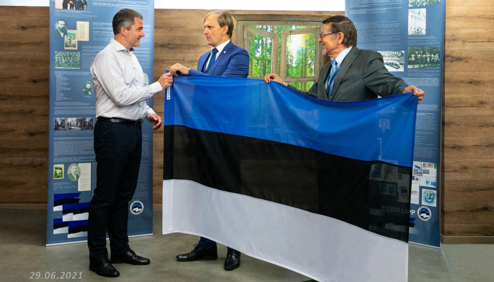 Eesti Lipu Selts kinkis olümpiakoondisele komplekti Eesti lippe