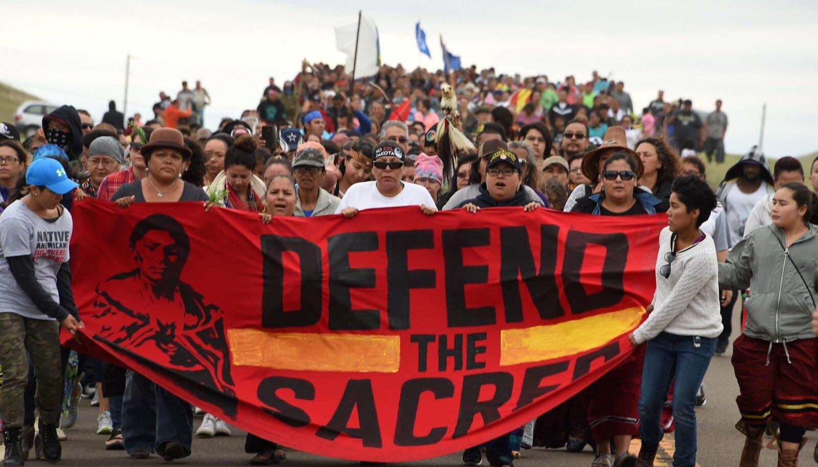Siuu indiaanlased kaitsevad Ameerikas Standing Rocki reservaadis oma püha maad ja puhast vett Dakota Accessi naftajuhtme ehitamise eest.