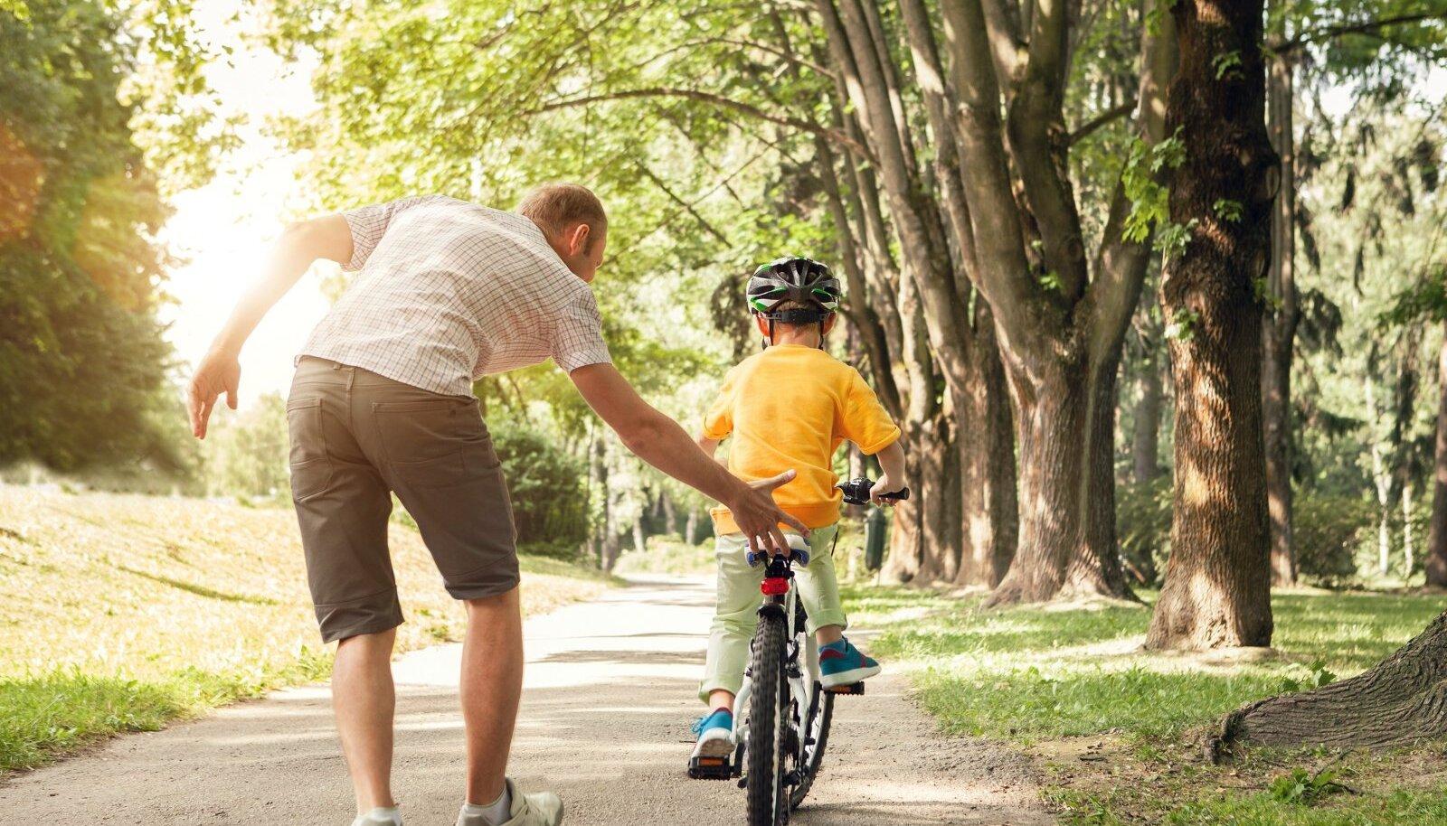 Tasakaalu leidmise abistamisel toetage last rattasadulast või ülakehast ning laske tal iseseisvalt juhtida.