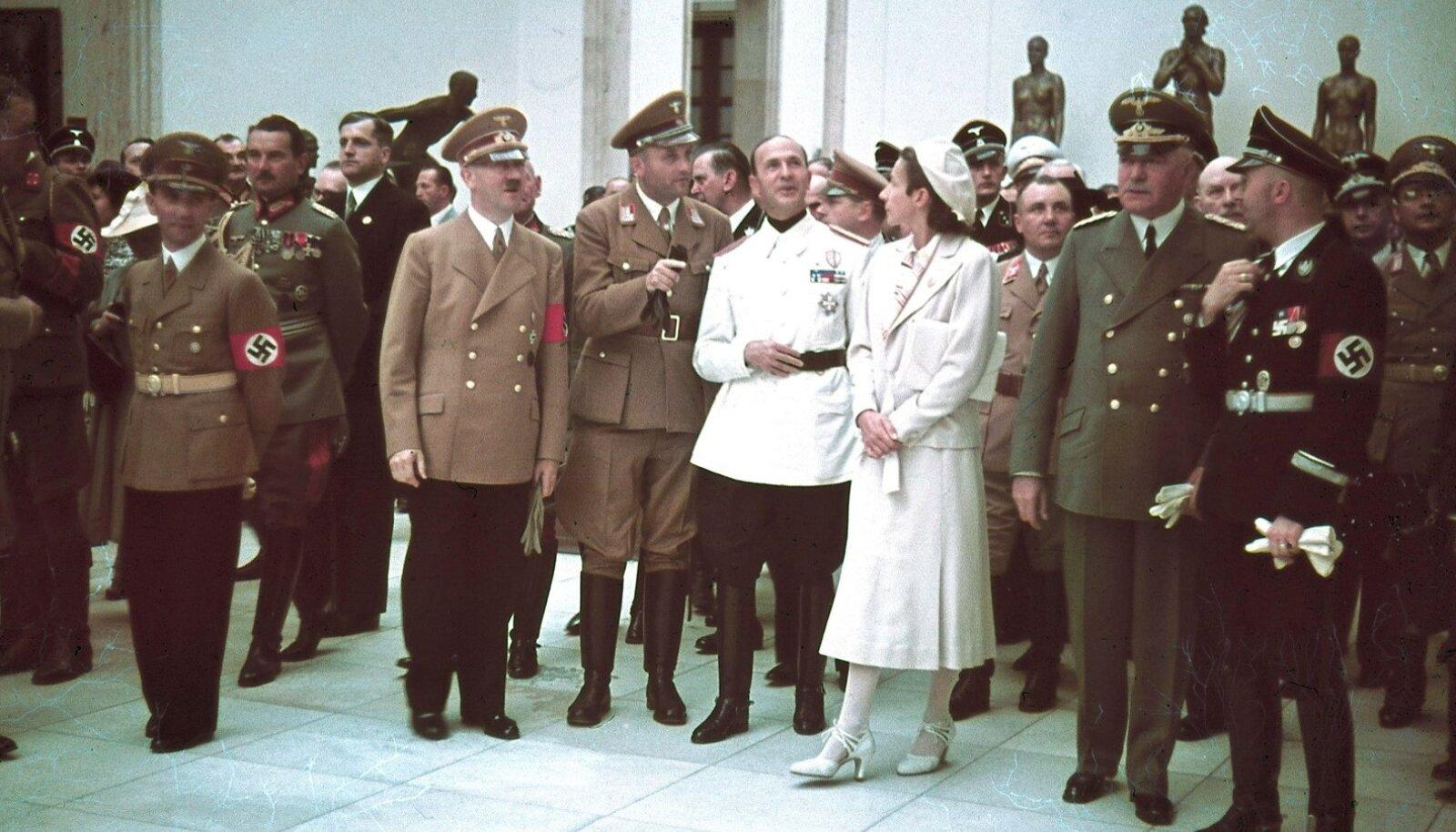 ASJATUNDJAD: Adolf Hitler, Joseph Goebbels ja teised tutvumas saksa kunsti maja väljapanekuga.