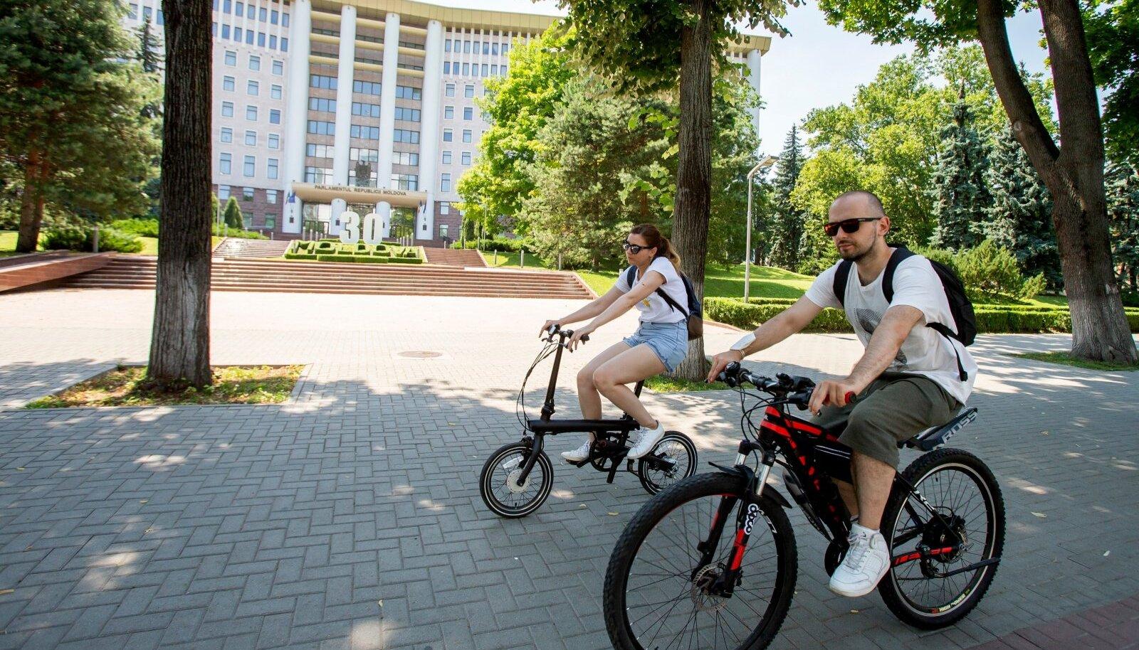 Jalgratturid Moldova parlamendi ees