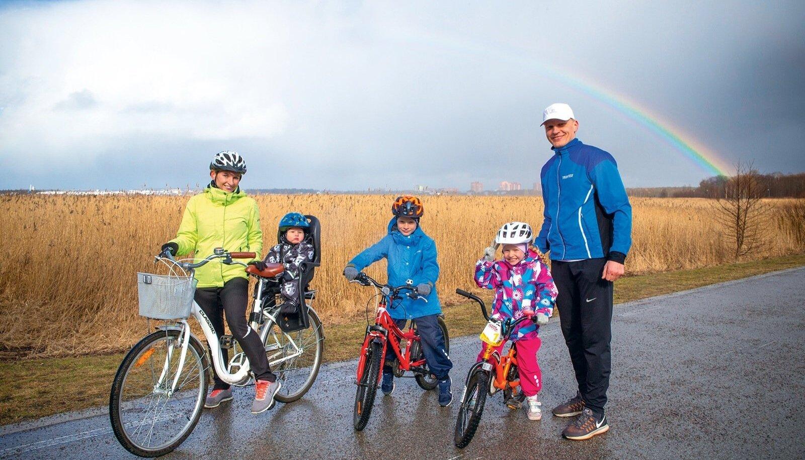 Trevor ja Kendra õppisid rattasõidu selgeks juba kolmeselt. Mõlemad käivad rõõmuga ka ema Jana, isa Tarvo ja pisivenna Trevisega rattaga sõitmas.