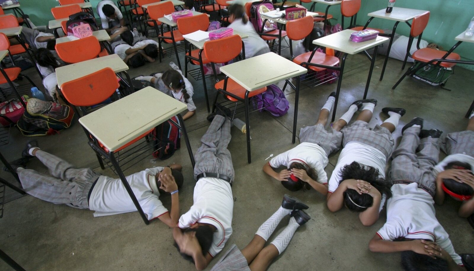 Guerrero osariigi algkooli lapsed harjutavad, kuidas käituda koolitulistamise korral.