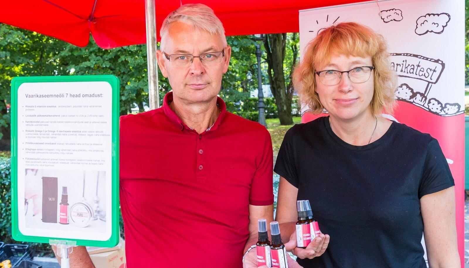 Raivo Teder ja Kadri Kalmus müüsid la upäeval Tartus Maarjalaadal vaarikaseemneõli 12 eurot pudel.