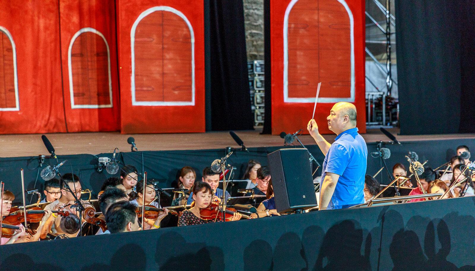 Shanghai ooperiteatri sümfooniaorkester juhatas eile Kuressaares sisse Saaremaa ooperipäevad.