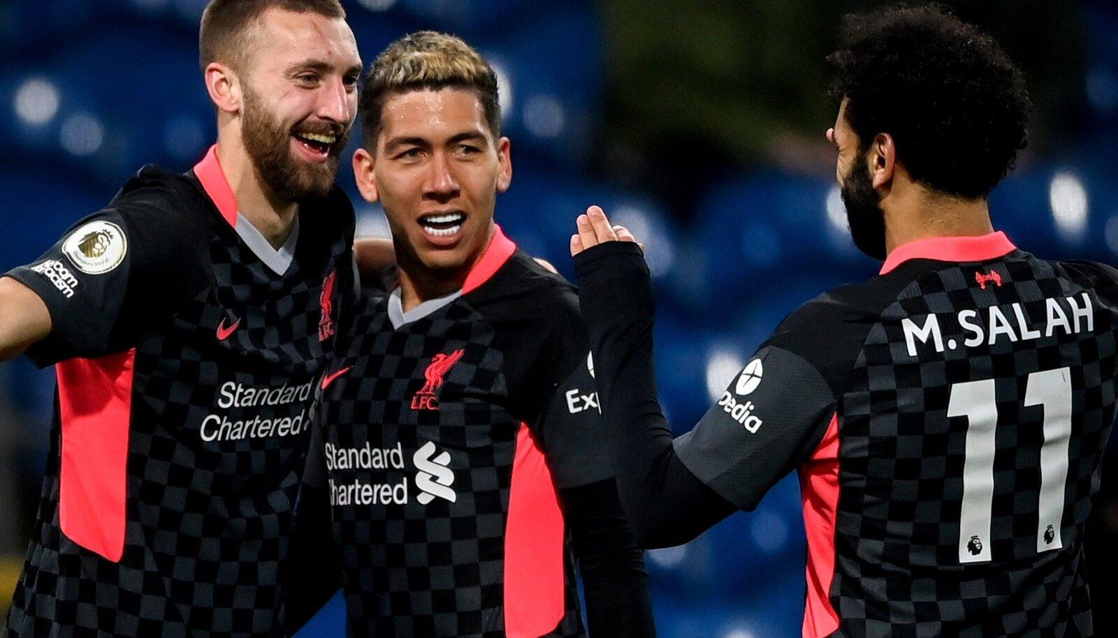 Liverpooli mängijad rõõmustamas Roberto Firmino (keskel) tabamuse üle.