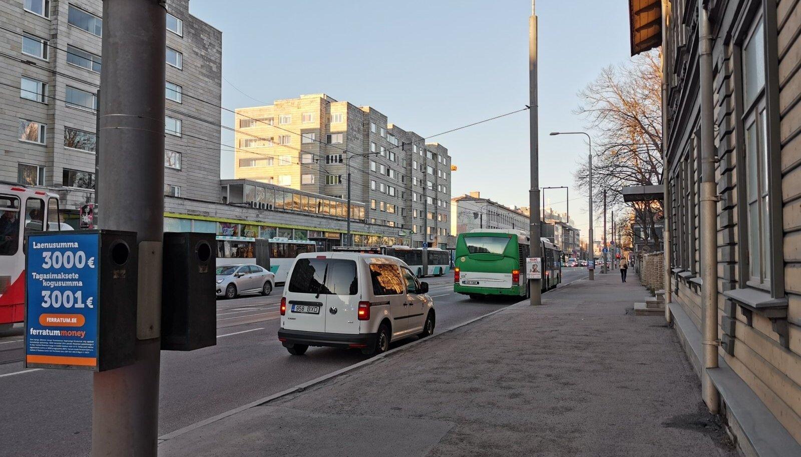 Kesklinnas järsult pidurdama pidanud bussis sai kaks inimest viga