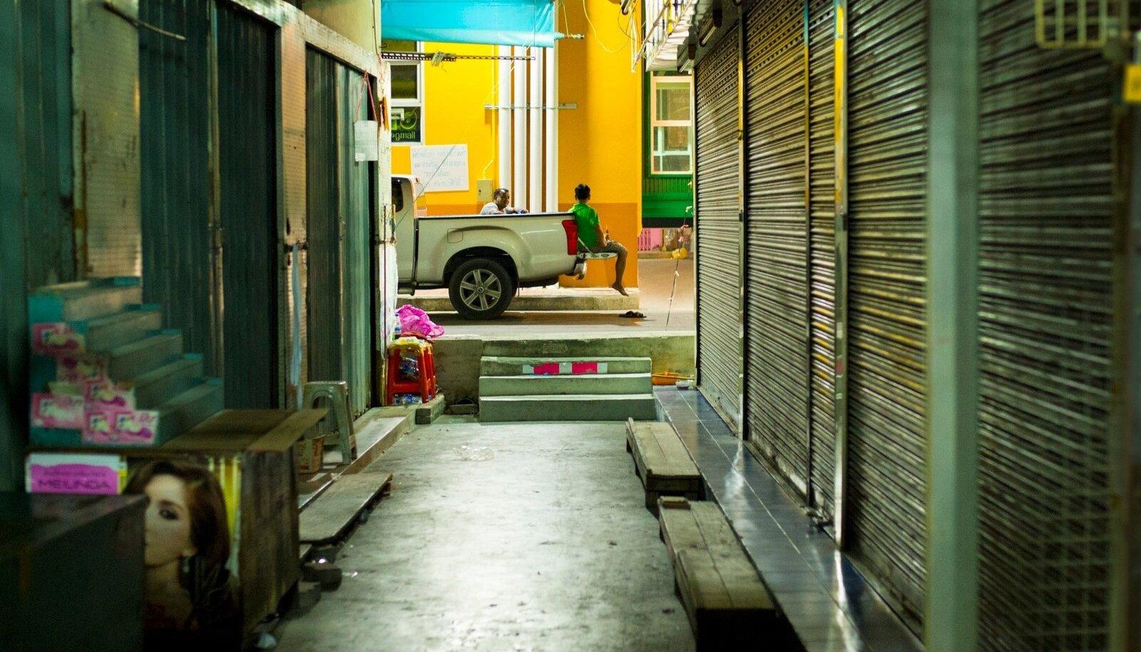 """""""Linn ei tea, mida linn saab,"""" kirjutasidBenny AnderssonjaBjörn Ulvaeusprohvetlikult juba 1985. aastal muusikali """"Chess"""" laulu """"One Night In Bangkok"""" sõnu luues. Viimased aastad on pealtnäha värviline ja muretuBangkok astunud suletuse ja keeldude poole. Kas uue kuningaga tuleb rohkem pidusid või rohkem uusi keelde?"""