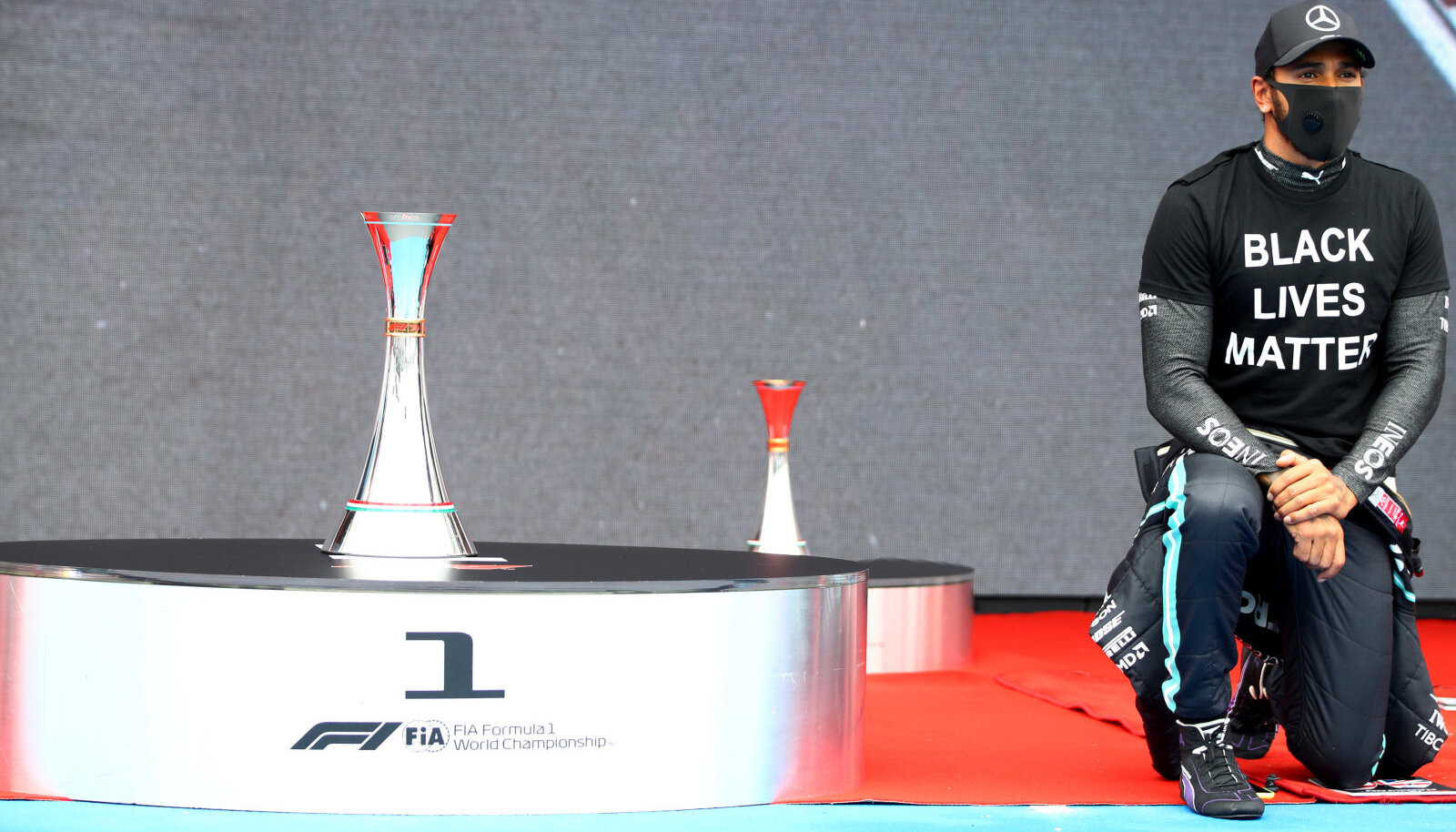 Lewis Hamilton Ungari etapil põlvitamas