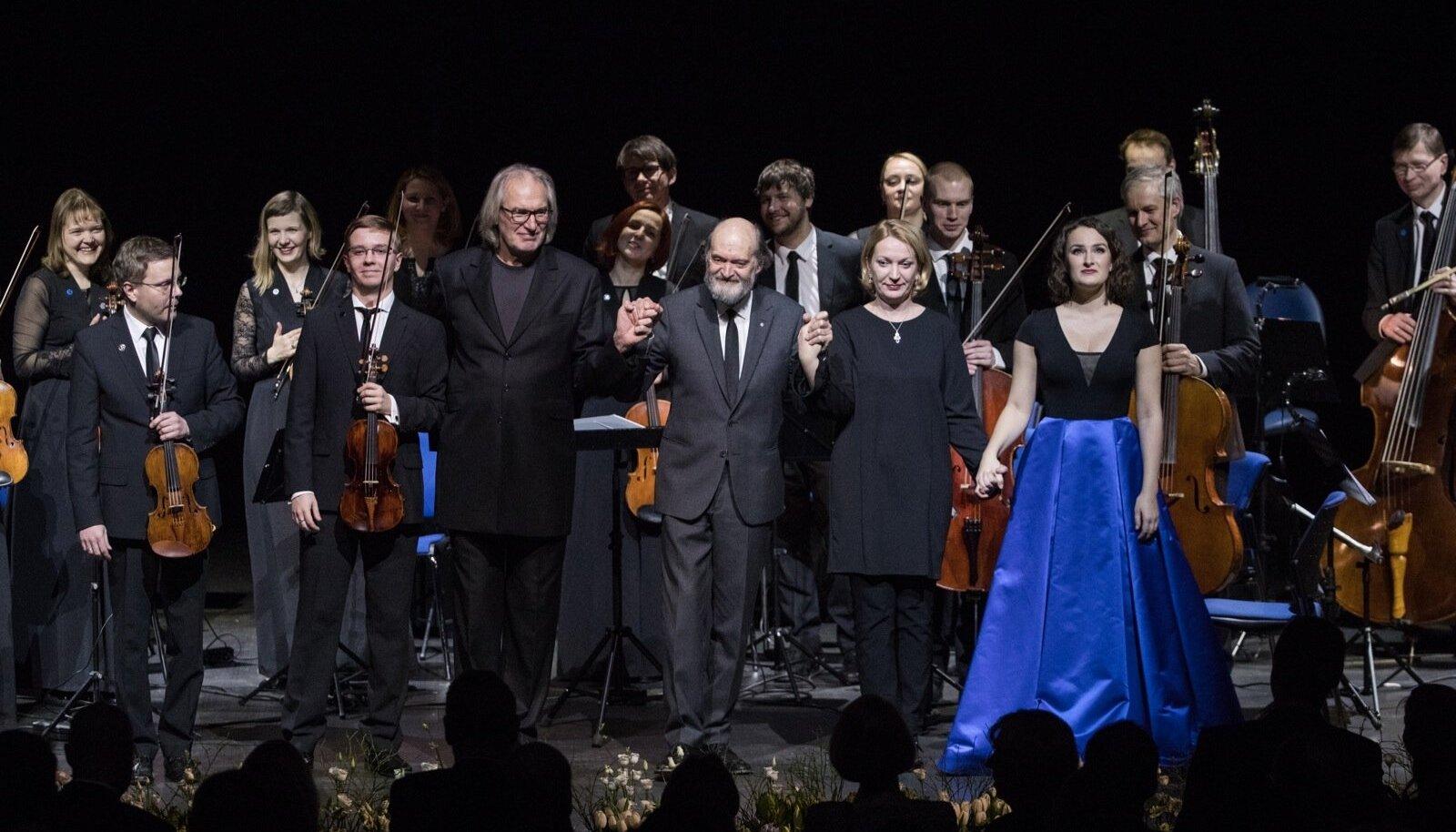 Publikut tänavad (vasakult) Harry Traksmann, Robert Traksmann, Tõnu Kaljuste, Arvo Pärt, Marrit Gerretz-Traksmann ja Maria Listra.