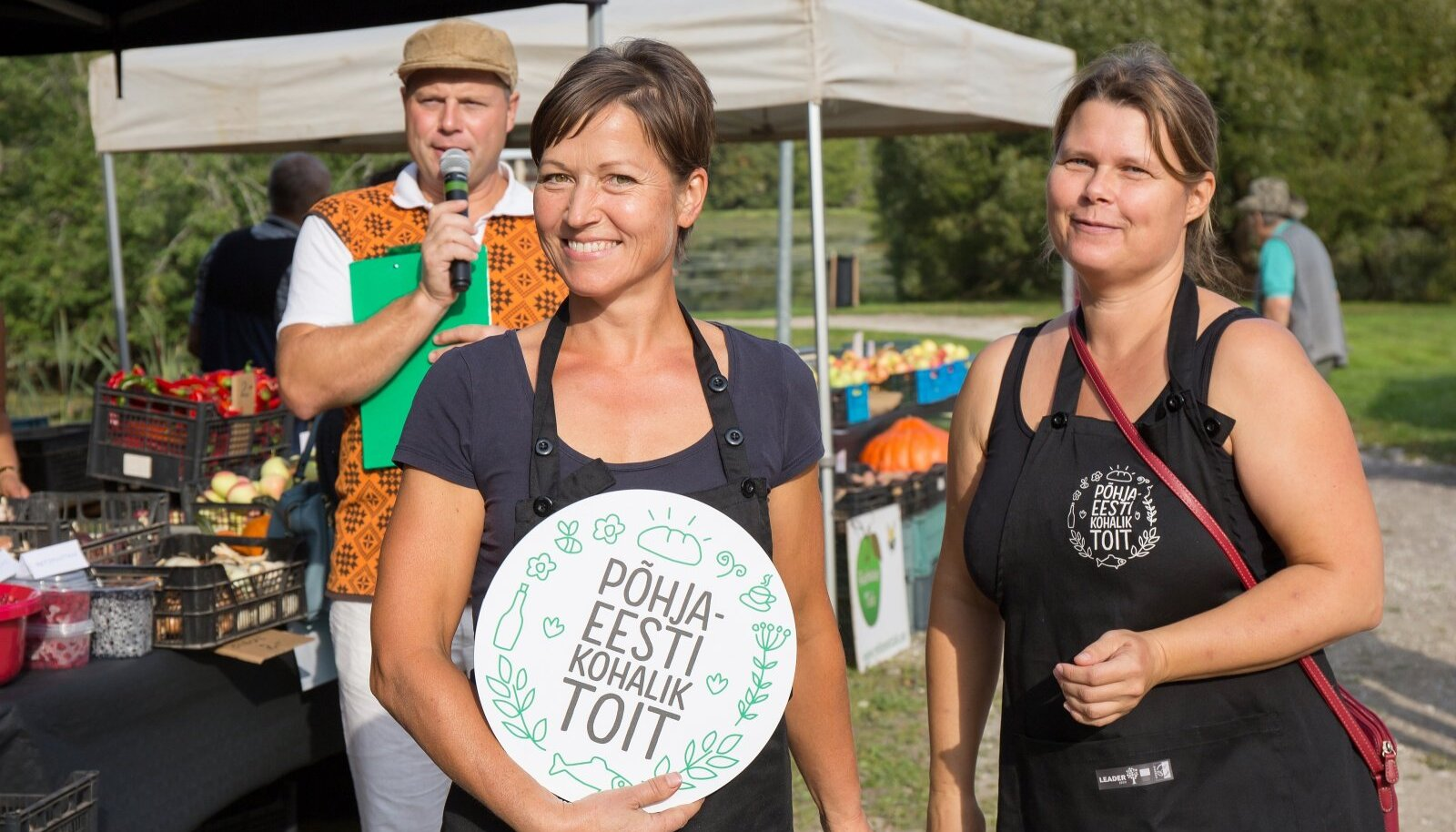 Põhja-Eesti maitsete aasta projektijuht Eha Paas (paremal) annab kohaliku toidu märgise Aaviku mesilale.