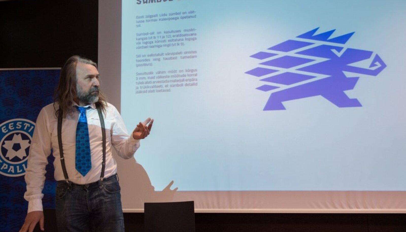 Aivar Pohlak presenteerib alaliidu sümbolit.
