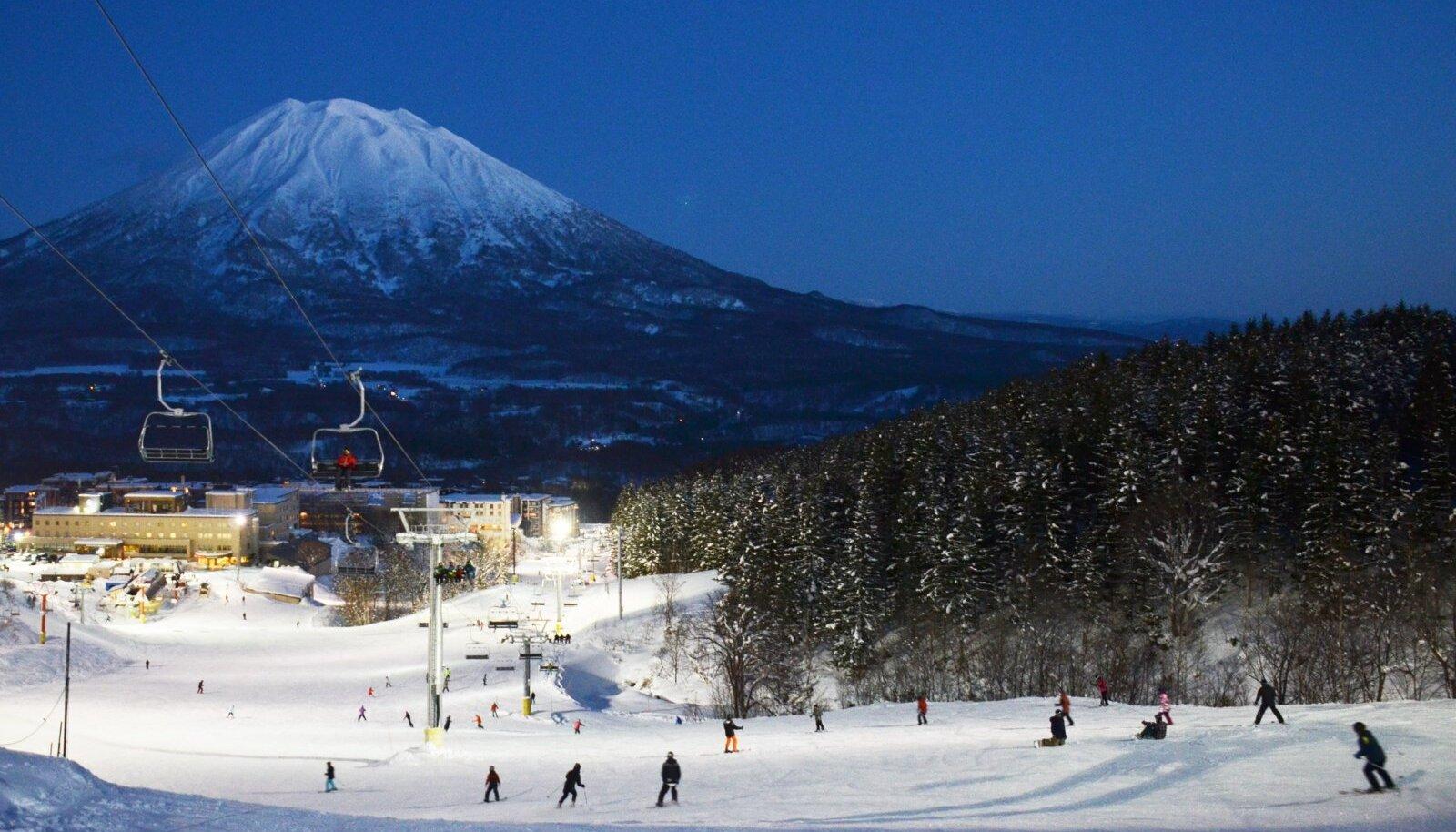 Niseko Grand Hirafu Ski Resort mahedas õhtupäikeses.
