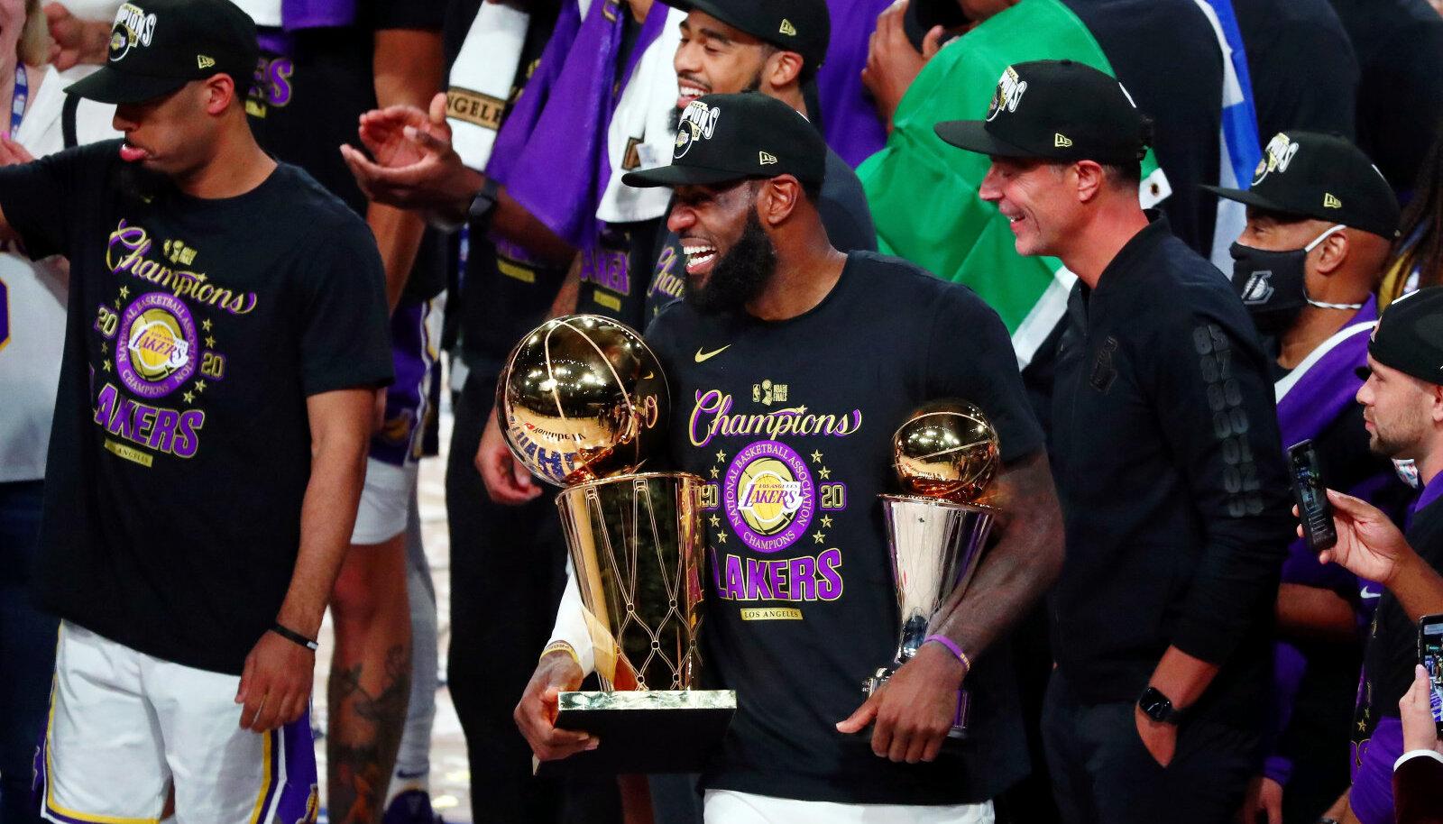 LeBron James (keskel) koos NBA meistri- ja finaali MVP karikaga.
