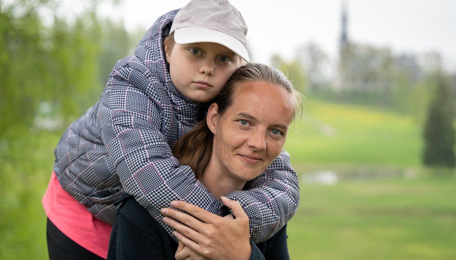 EMME HOOL: Terve pika raviperioodi vältel oli Raili jaoks ema Heli tõeline turvasadam. Koos on veedetud mitmeid kuid haiglas ning käidud kaheks kuuks ka ravil Saksamaal.