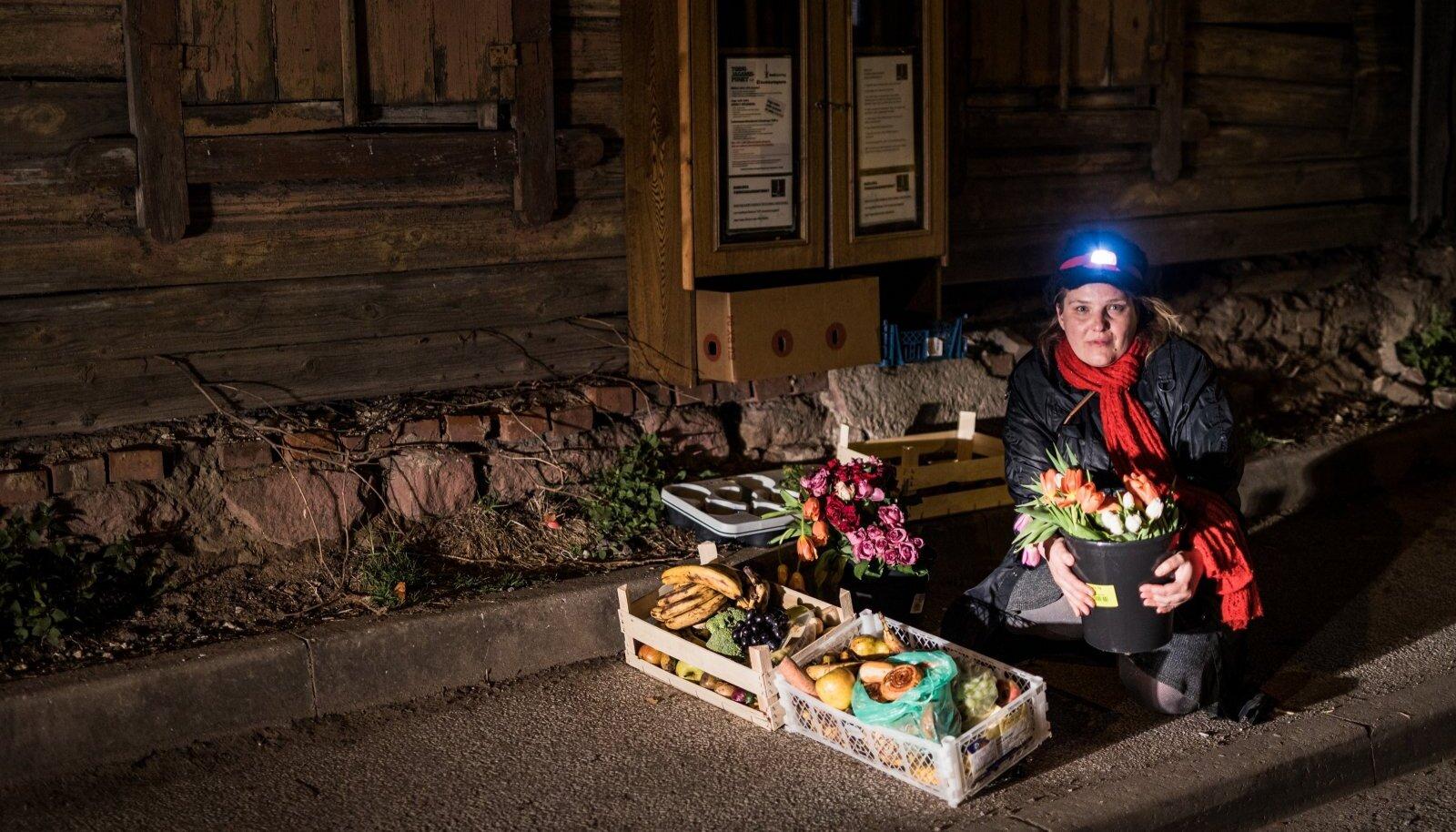 Pärast keskööd jõudis Anna Hints päästetud kraamiga Barlova toidukapi juurde, et see sinna panna.