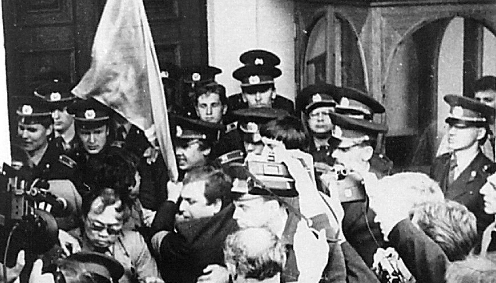 AINSAD KAITSJAD: Käputäis eestlastest miilitsakooli kursante pidas Toompeal käsikähmlust ründajatega Interrindest. 15. mai 1990.
