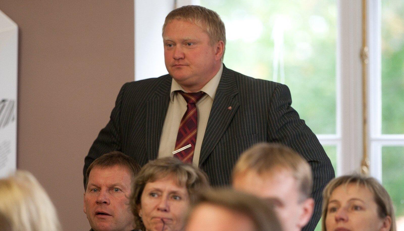 Eesti Maaomavalitsuste liit tunnustas korruptsioonikahtlusega Kajar Lemberit hõbemärgiga.