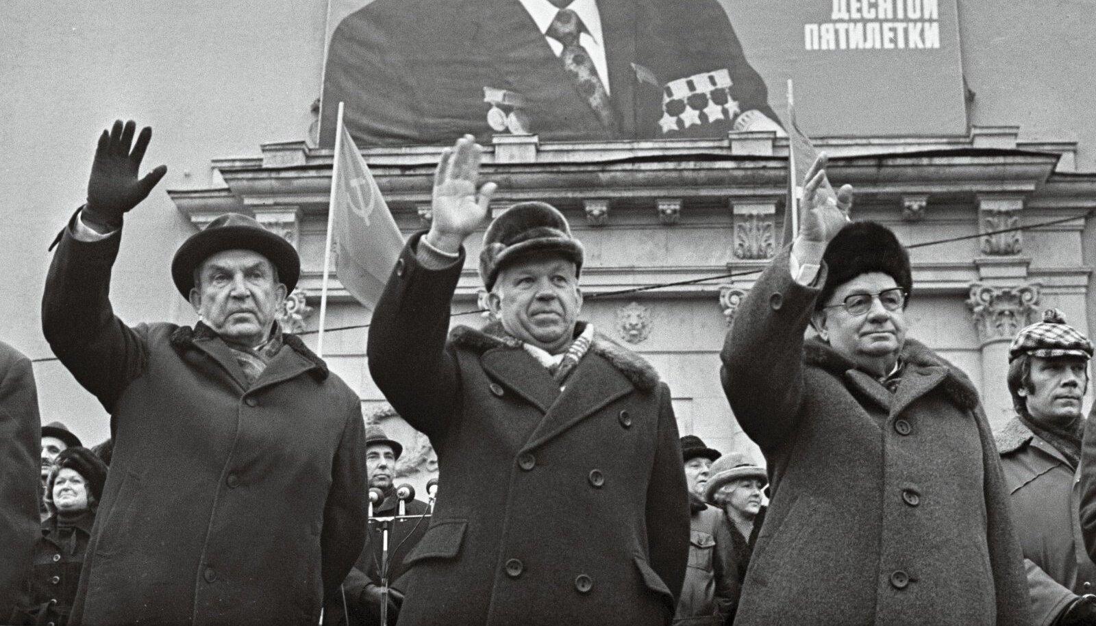 Karl Vaino tribüünil. Tema kõrval lehvitavad rahvale Valter Klauson (vasakul) ja Johannes Käbin.
