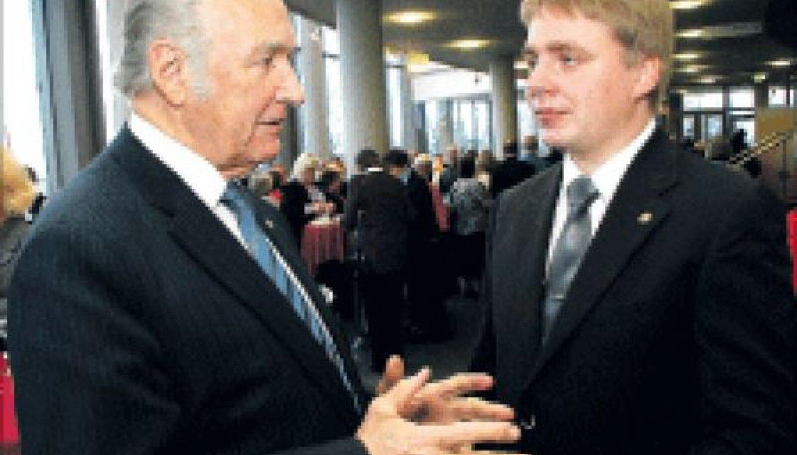 Rahvaliidu Rüütlid kahekesi koos.   Kunagine esimees ja auesimees president Arnold Rüütel jagab erakonna vastvalitud juhile Karel Rüütlile oma kogemusi.