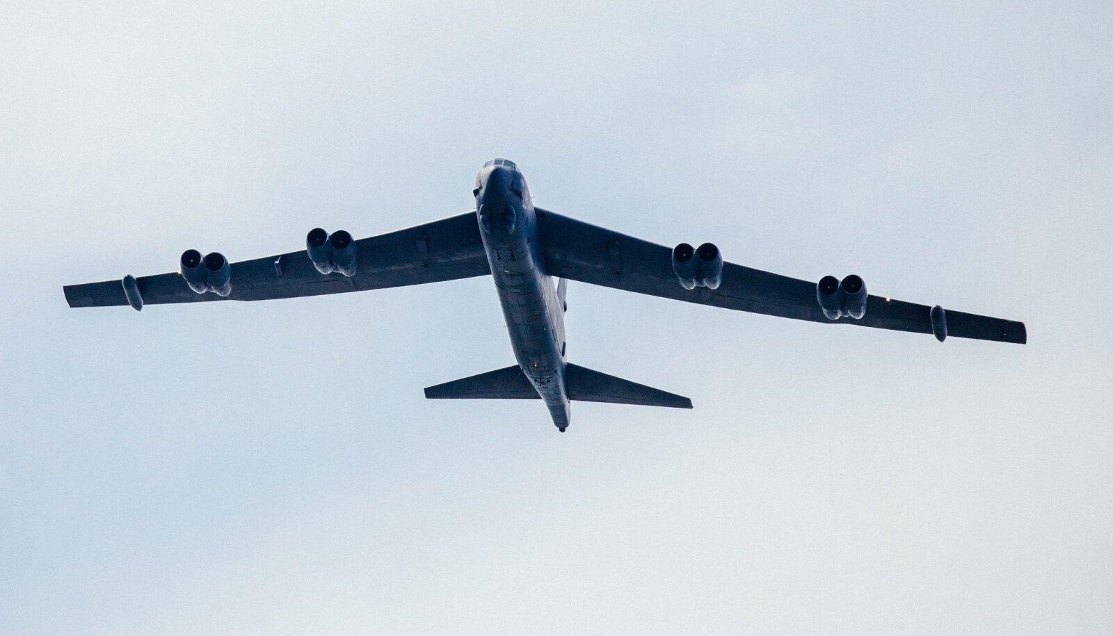 MÄRK AMEERIKA JÕUST: USA õhuvägede B-52 eelmisel nädalal Tallinna kohal. Selline lennuk võtab peale kuni 27,5 tonni eri relvastust ja võib lennata kiirusega kuni 1047 km/h.