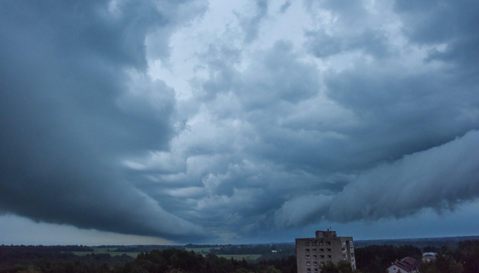Sünged pilved Viljandi kohal