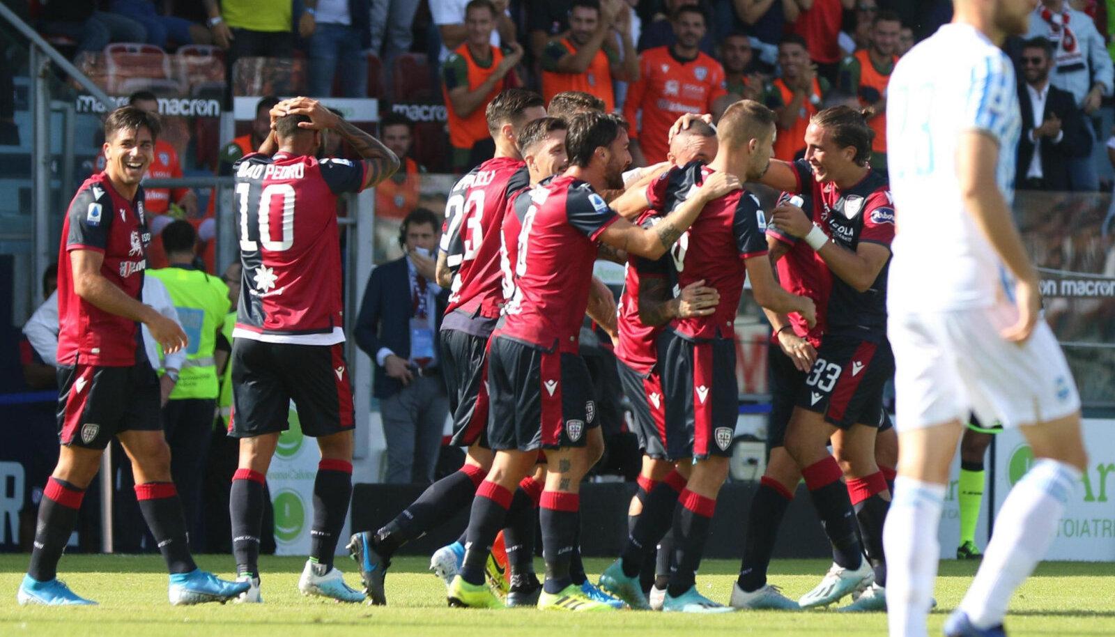 Cagliari mängumehed väravat tähistamas
