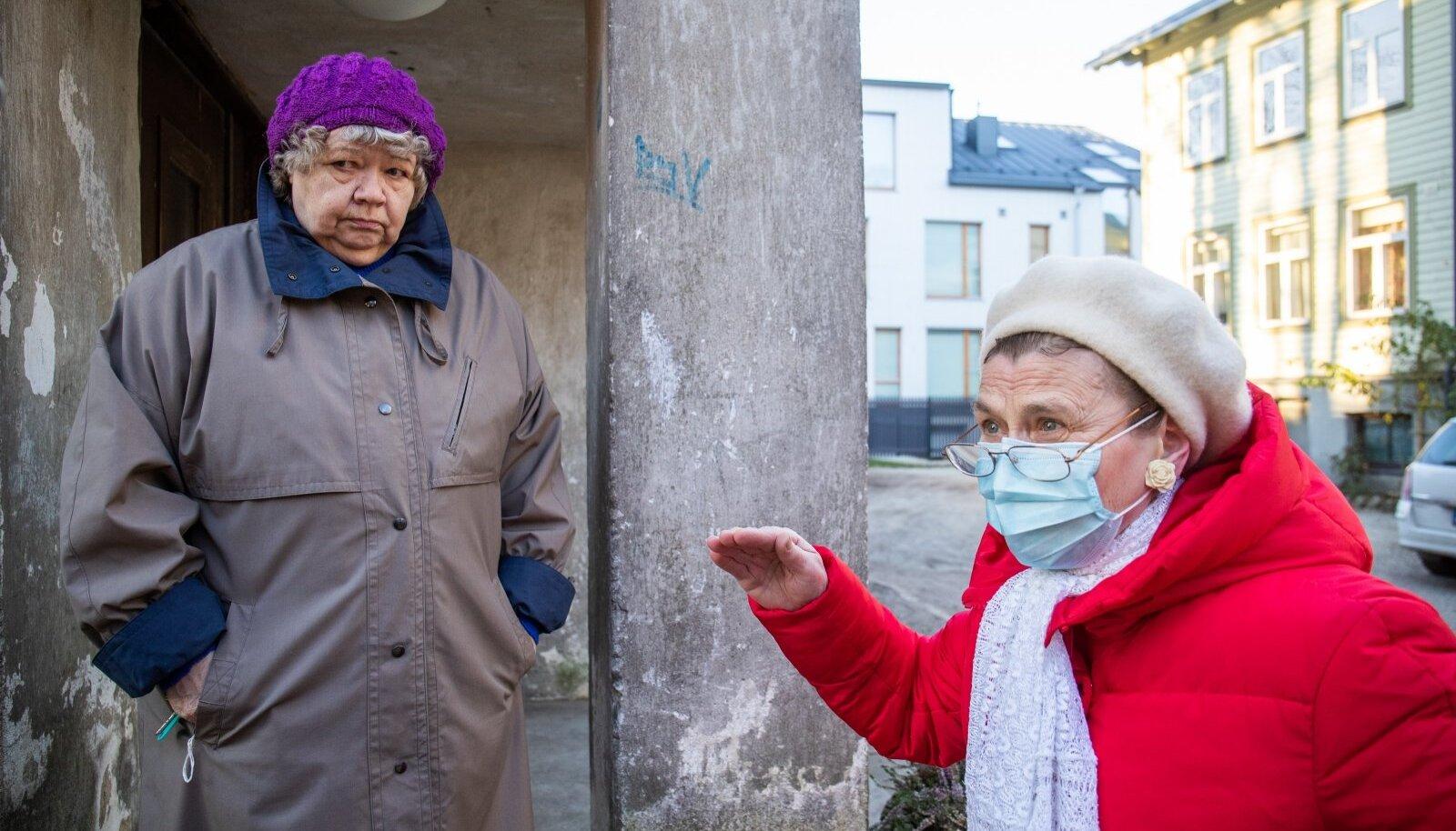 Helgi Hirv (vasakul) ja Heli Õunmaa kardavad, et naabrimees üritab nende omandile käpa peale panna.