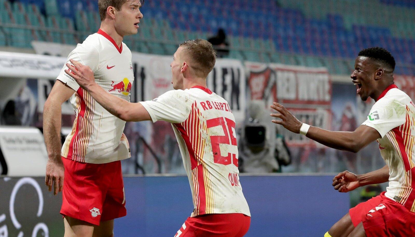 Alexander Sorloth (vasakul) koos kaaslastega tähistamas RB Leipzigi võiduväravat.