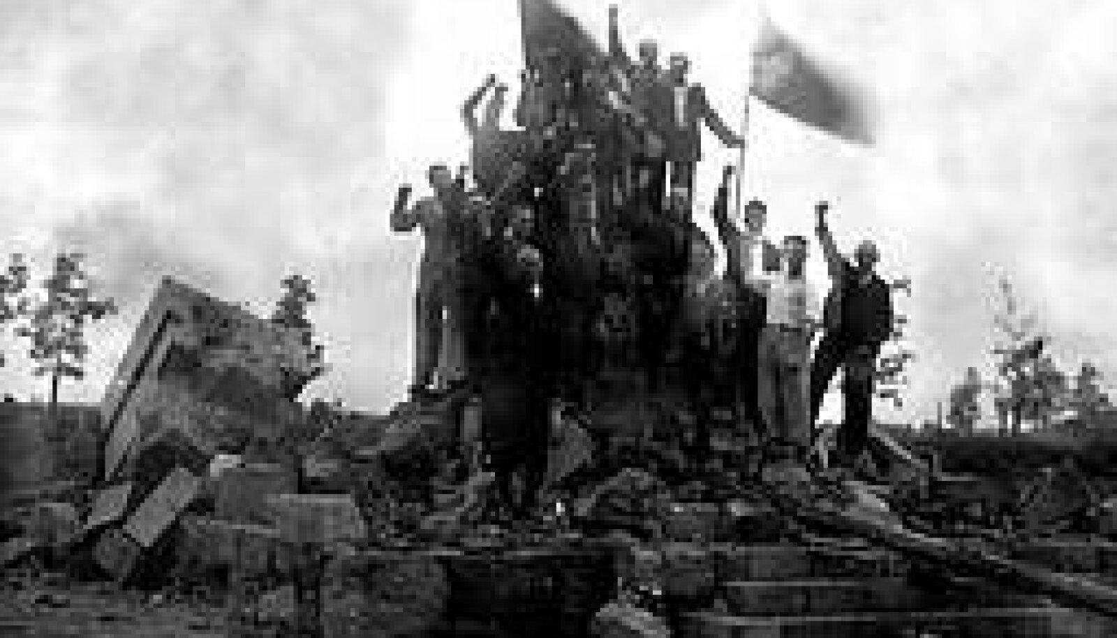 TÖÖ TEHTUD, PIDU LAHTI: President Pätsi ausammas on purustatud. Hävitajad lehvitavad punalippudega. On 11. august 1940, kell 20.15. VILJANDI MUUSEUM