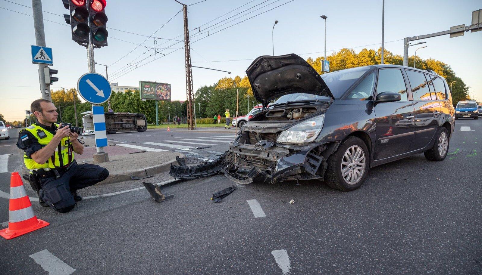 Tallinnas kiirabiga kokku põrganud Renault.