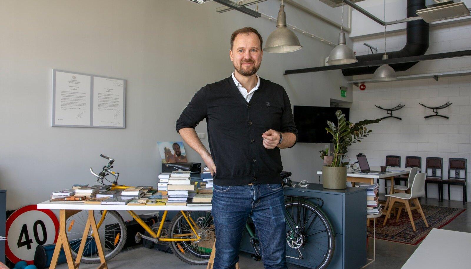 Juristist ettevõtja Allan Kaldoja esindab suhteliselt uut nähtust Eesti kultuurielus, kus edukad ärimehed on võtnud nõuks mitte ärikasumi, vaid püüavad selle edenemisele aadete nimel kaasa aidata.