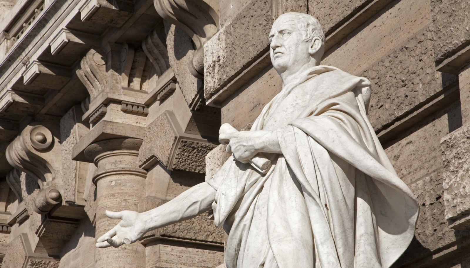 Kivisse raiutud Cicero RoomasPalazzo di Giustizia ees
