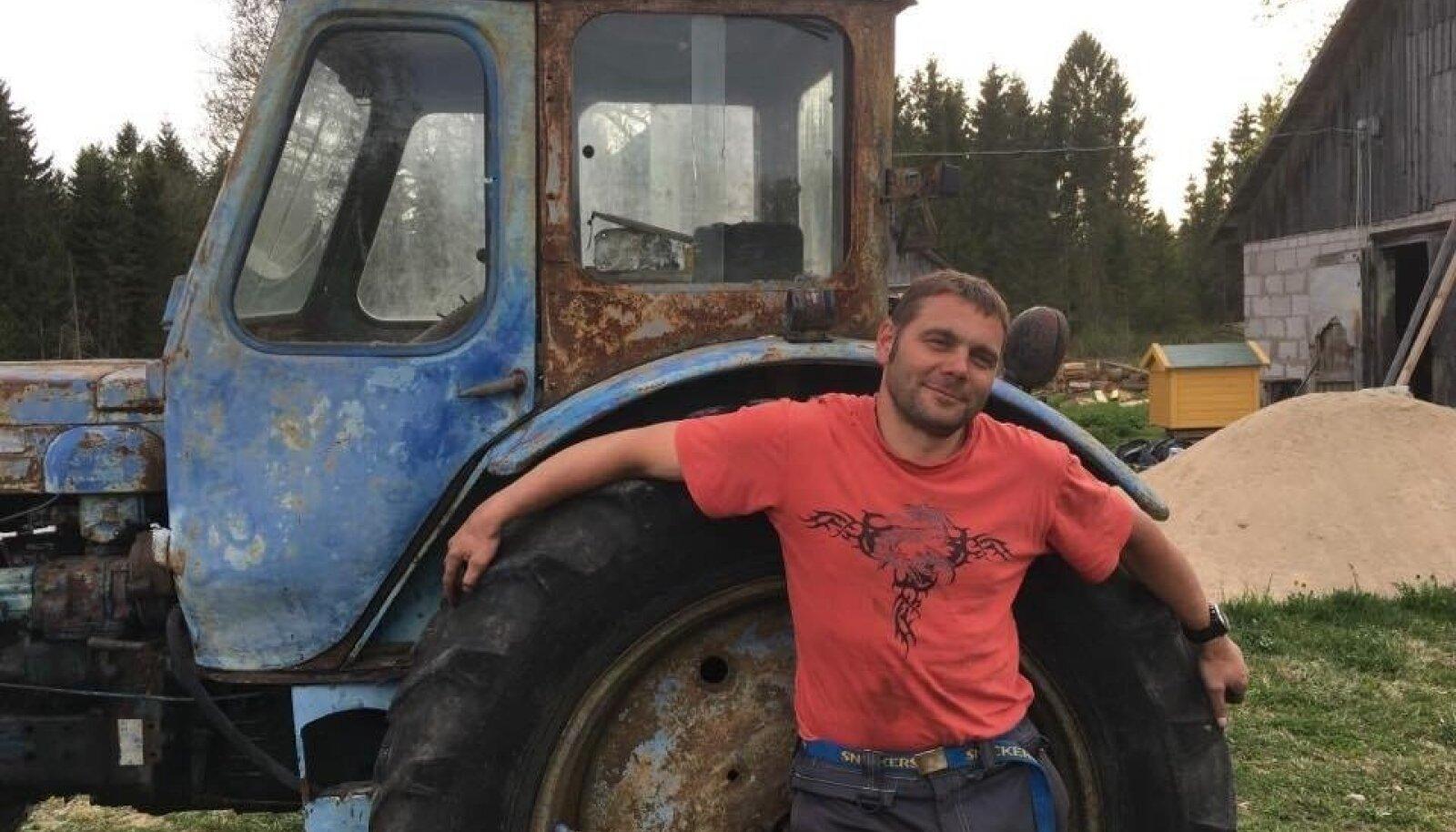 Loo autor ja tema traktor vahetult pärast masina soetamist.