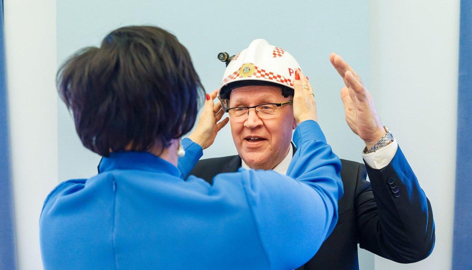 Esmaspäeval andis Katri Raik ministriameti Mart Helmele üle. Traditsiooniliselt kingiti uuele ministrile päästeameti kiiver.