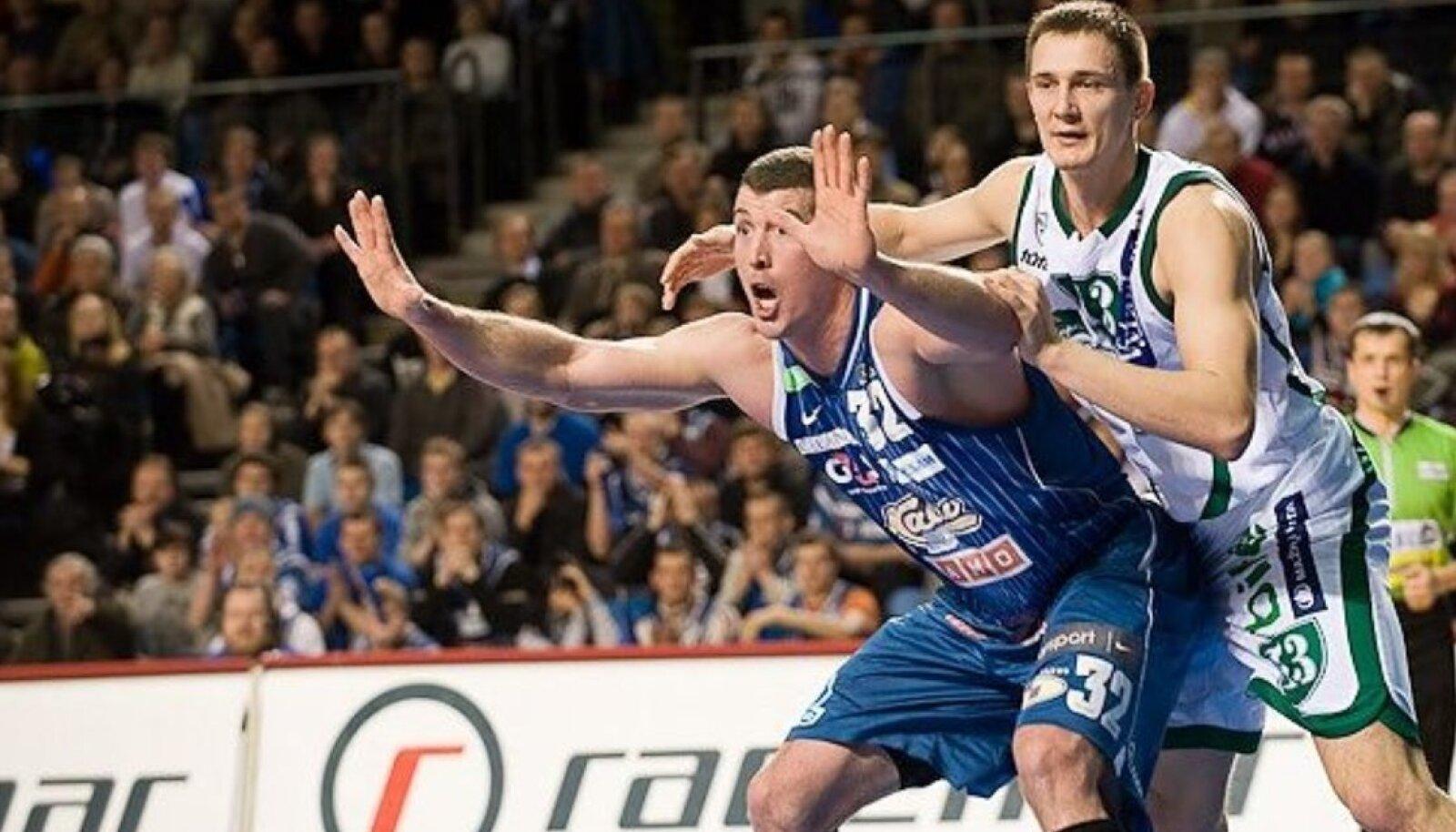 Meenutus: Kalev/Cramo ainus võit Kaunase Žalgirise üle pärineb 2009. aasta veebruarist. Pildil heitlevad Nate Fox ja Paulius Jankunas.