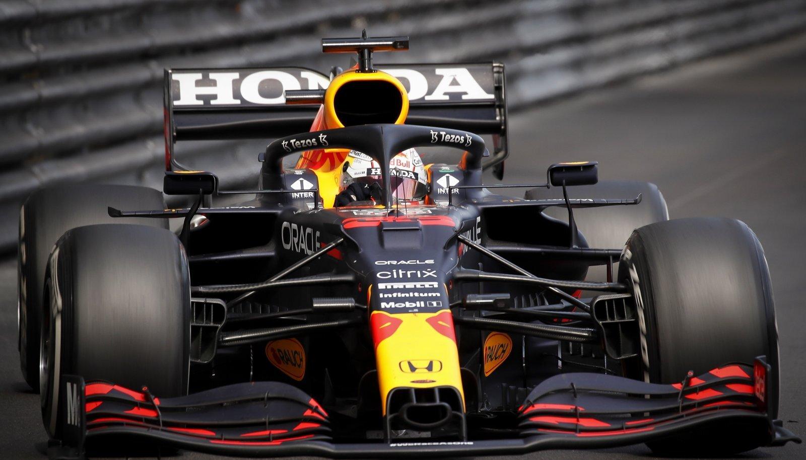 Ainult kogenud silm suudab aru saada, kui palju Red Bulli auto tagatiib paindub.