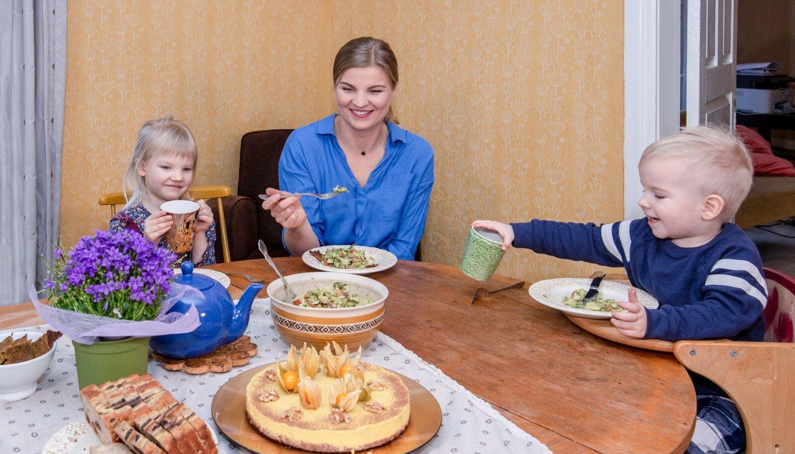 Emme tehtud toit maitseb Norale ja Rafaelile alati. Head isu soodustavad ka söögitoa kollased seinad.