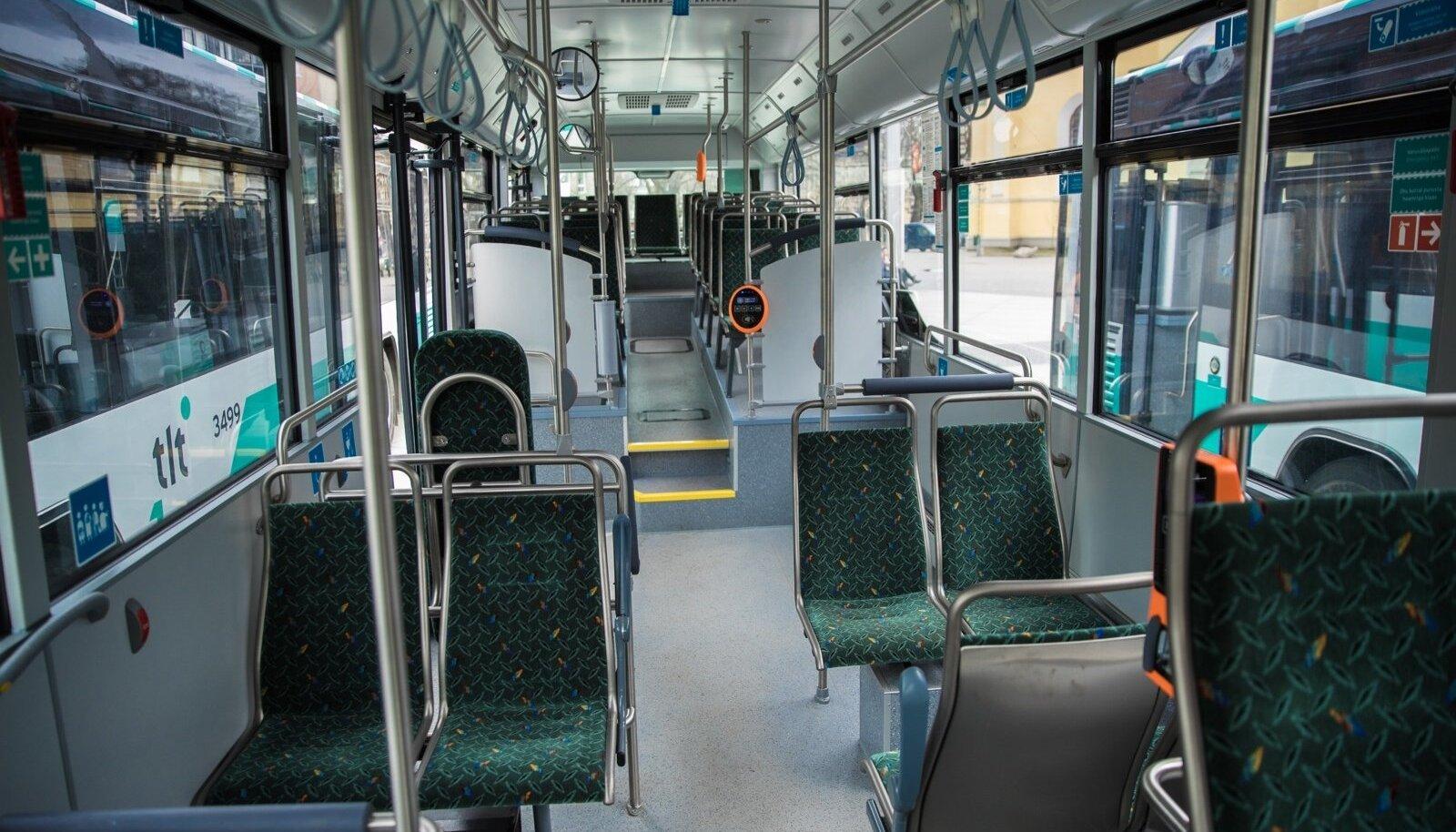 Lugeja kurdab, et sageli on küte ühistranspordis laes