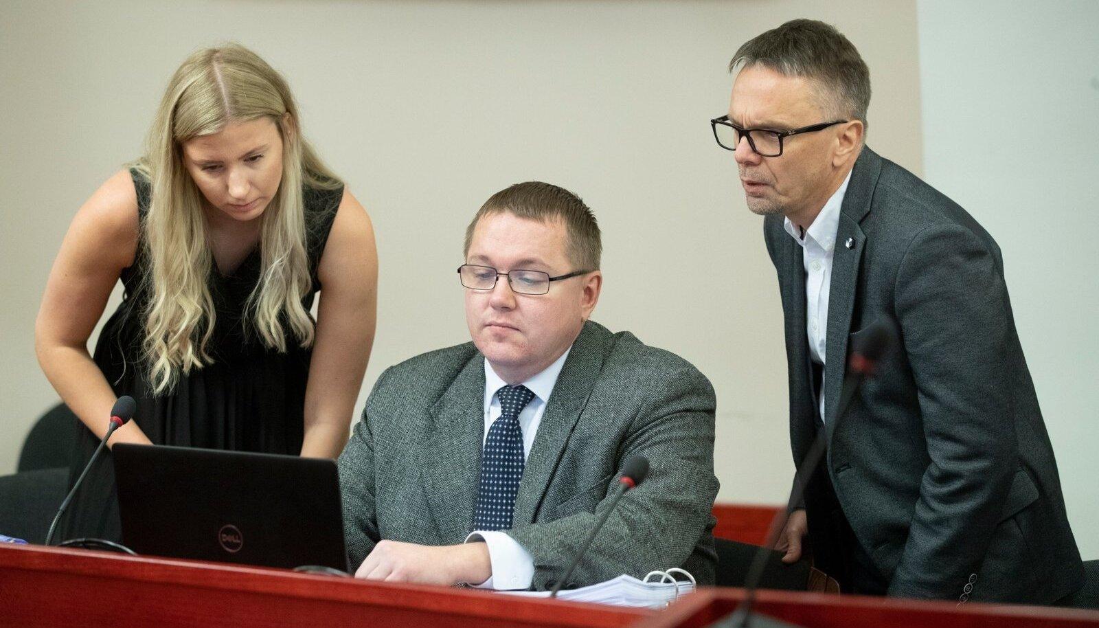 M.V.Wooli kohtuistung. VTA esindajad Eversheds Sutherland Ots & Co advokaadi abi Helena Noot, vasakult, partner Toomas Pikamäe ja  VTA peadirektori asetäitja Olev Kalda