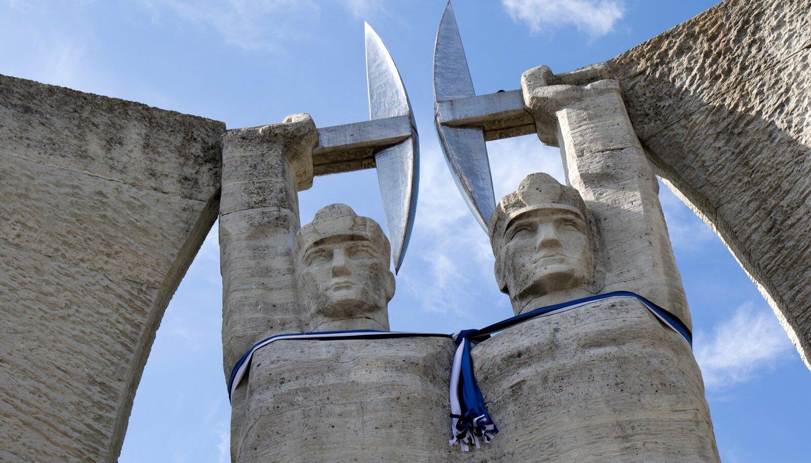 Ametiühing seisab tööliste eest. Pildil kahe kaevuri monument Kohtla-Järvel