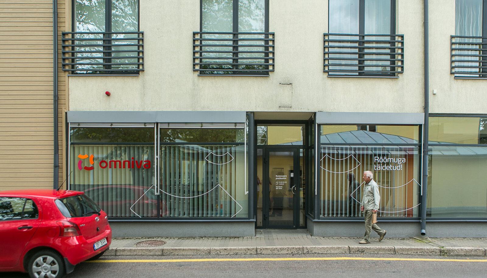 Uues asukohas Tallinna ja Rootsi tänava ristmikul asuvas majas tegutsev Omniva Kuressaare postkontor ei jäta klientidele võimalust ausate võtetega asutuse vahetusse lähedusse parkida.