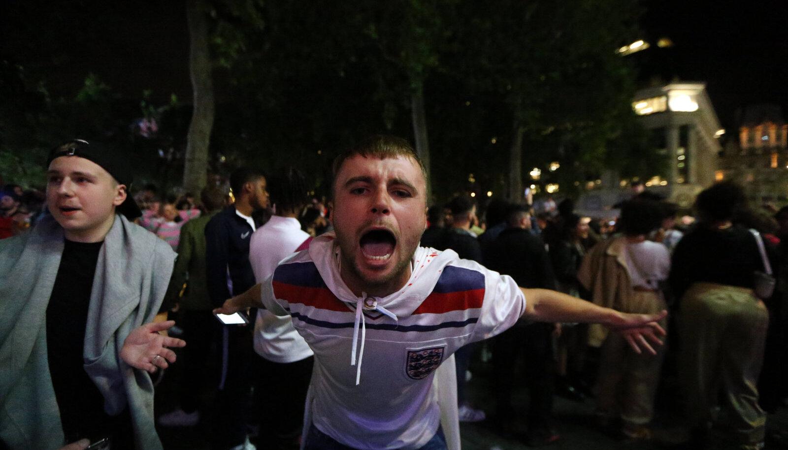 Inglismaa fänn võitu tähistamas.