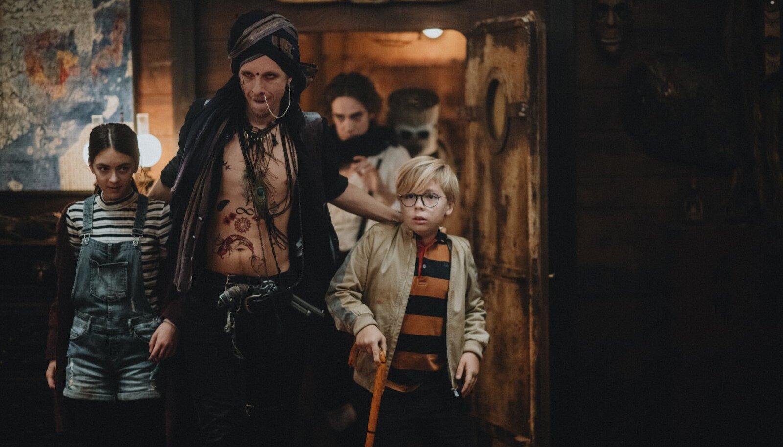 """""""Kui filmi ei ole võimalik sel aastal ära filmida, võib sellest saada kui Alice imdemaal, kus laeval on kaks last, kuid sealt maha astuvad juba teismelised."""" Vasakult Maria (Florin Gussak), Pikk piraat (Nero Urke), Erik (Herman Avandi), nende taga Külmking (Juhan Ulfsak) ja Ämberpea (Nickel Bösenberg)"""