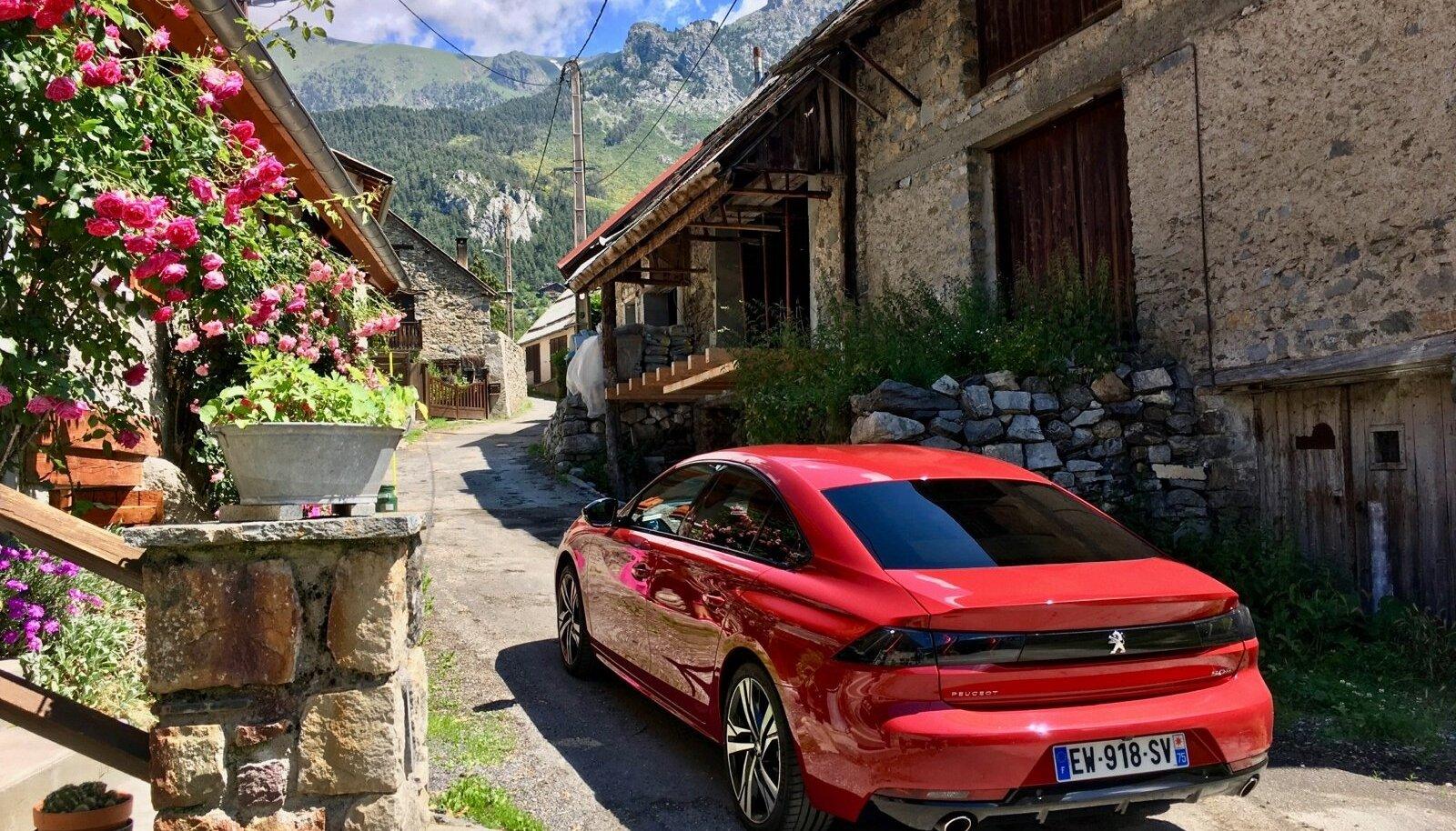 BlueHDi mootorid saavad hakkama väiksema kütusekuluga ja paiskavad õhku minimaalselt heitmeid. Sellest hoolimata suudavad nad auto panna reipalt veerema. Fotol Peugeot 508