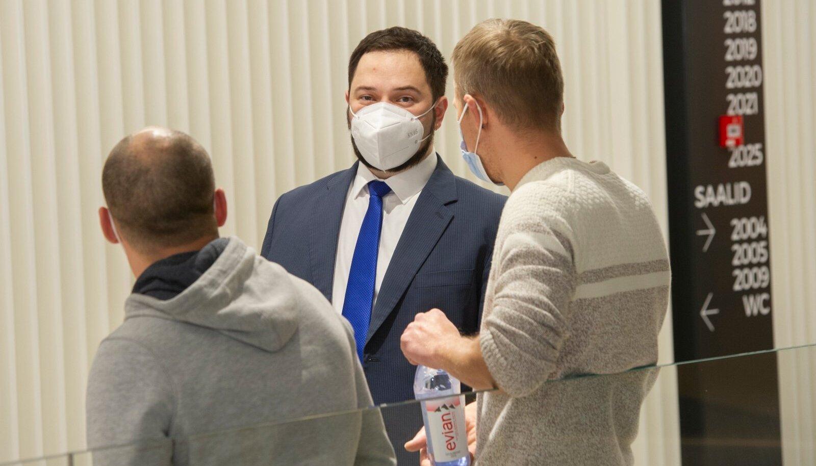 MEIE POLE KINDLASTI SÜÜDI: Advokaat Yaroslav Radziwill (keskel) koos kohtualuste töömeeste Jevgeni ja Ruslaniga Harju maakohtus 4. detsembril.